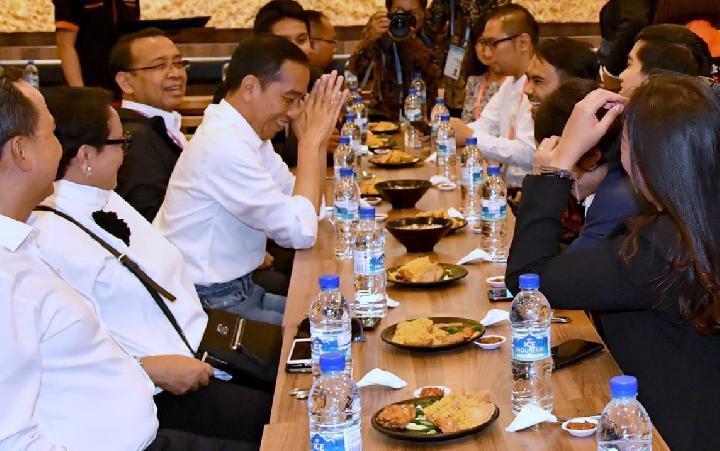 Jokowi Menikmati Bebek Goreng Pak Ndut